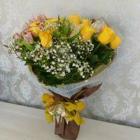 ramalhete misto de flores com rosas amarelas